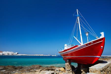 Photo pour Red boat on island of Mykonos, Greece - image libre de droit