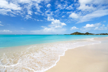 Photo pour Idyllic tropical beach with white sand, turquoise ocean water and blue sky at Antigua island in Caribbean - image libre de droit