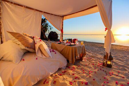 Photo pour Romantic luxury dinner setting at tropical beach on sunset - image libre de droit