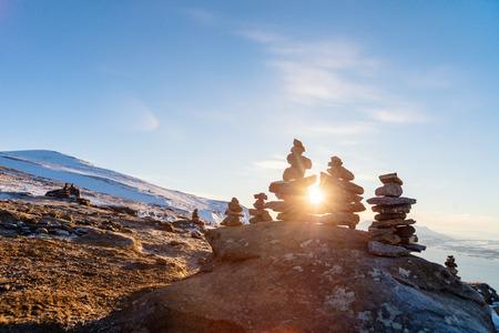 Photo pour Stack of balanced stones on seashore - image libre de droit