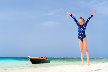 Photo pour Adorable girl at beach during summer vacation - image libre de droit