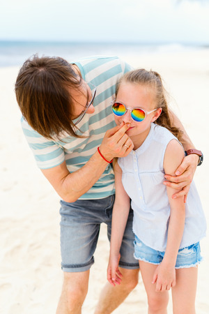 Photo pour Father and his adorable little daughter at beach - image libre de droit