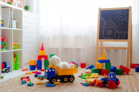 Photo pour Children's playroom with plastic colorful educational blocks toys. Games floor for preschoolers kindergarten. interior children's room. Free space. background mock up - image libre de droit