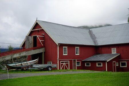 Photo pour Red wooden farmhouse in Norway - image libre de droit