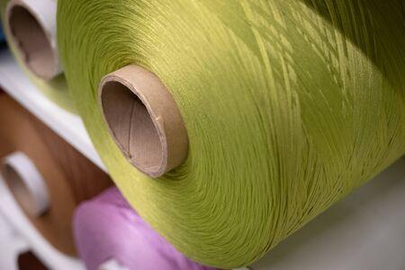 Photo pour Green threaded cotton reel in a shop. - image libre de droit