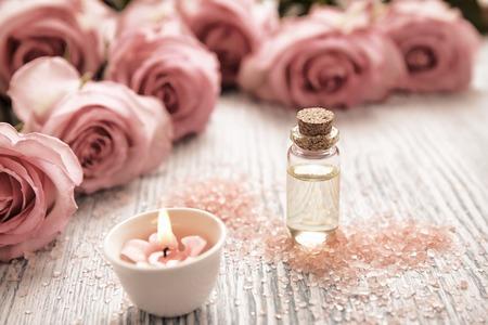 Foto de Spa theme with candles and flowers on wooden background - Imagen libre de derechos