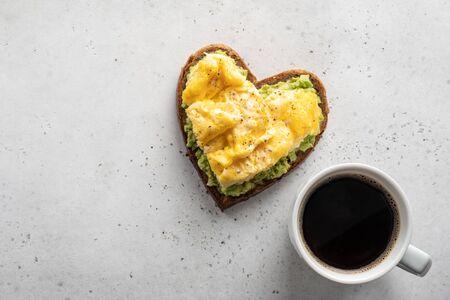 Photo pour heart shaped avocado toast - image libre de droit