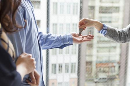 Photo pour Real estate agent to pass the key - image libre de droit