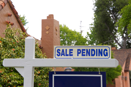 Photo pour close up on Sale pending sign for home. First-time home buyers in California have a more difficult time affording property than do first-time buyers in other states. - image libre de droit