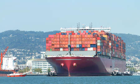 Photo pour Oakland, CA - July 23, 2020: Pilot vessel GOLDEN GATE approaching Cargo Ship ONE STORK to pick up the harbor pilot as the cargo ship maneuvers to the docks at the Port of Oakland. - image libre de droit