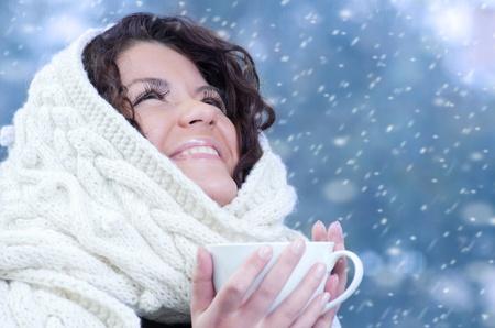 Photo pour Pretty young caucasian brunette woman wearing white scarf with hood in a outdoor winter portrait  - image libre de droit