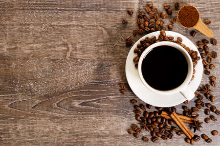 Photo pour Cup of black coffee with coffee bean - image libre de droit