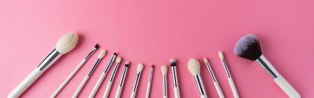 Photo pour white makeup brushes on a pink background - image libre de droit