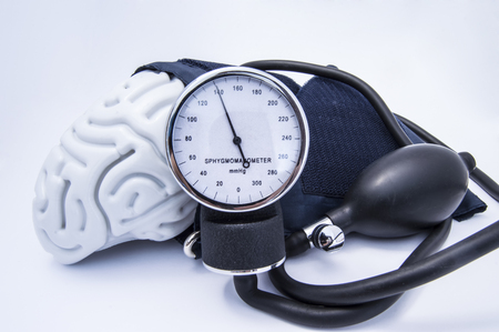 Photo pour The figure of the human brain enveloped sphygmomanometer cuff with bulb (pear) and dial showing high pressure. Concept high brain or increased (raised) intracranial pressure (hypertension) - image libre de droit