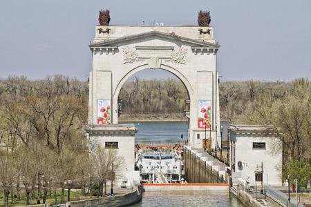 Foto de VOLGOGRAD - APRIL 26: The first gateway arch Volga-don shipping canal banners with symbols of Victory 70 years. April 26, 2015 in Volgograd, Russia. - Imagen libre de derechos