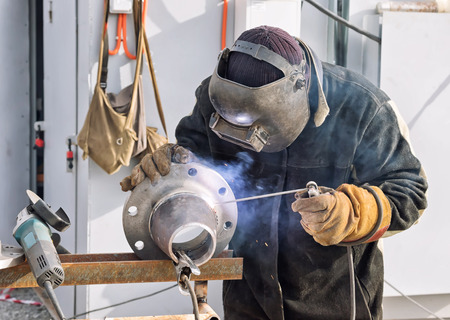 Photo pour Manual arc welding conical transition with a skirted flange on mobile stand - image libre de droit