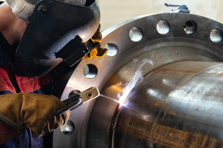 Photo pour Flat welding flange to the pipe steel by a method of manual arc welding - image libre de droit