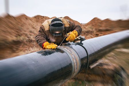 Photo pour Welder mounts in the trunk pipeline electrochemical protection - image libre de droit