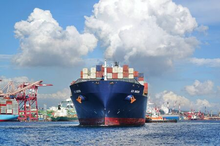 Photo pour KAOHSIUNG, TAIWAN -- JUNE 2, 2019: A large container ship is getting ready to leave Kaohsiung Port. - image libre de droit