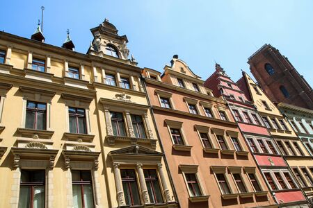Photo pour Several old historic houses in Wroclaw in Poland and their colorful facades. - image libre de droit