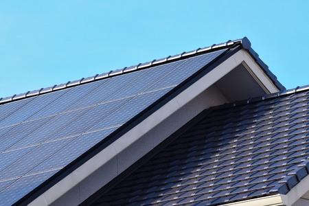 Photo pour Solar panels fitted on modern house roof - image libre de droit
