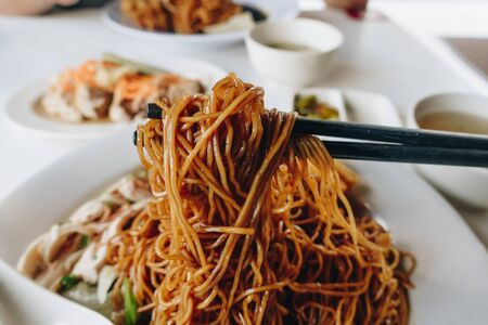 Photo pour Wantan noodles, a Cantonese Chinese cuisine served dry with soy sauce and steamed chicken - image libre de droit