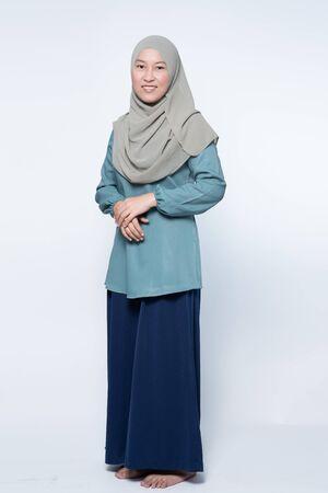 Photo pour Beautiful muslim woman posing and smiling. - image libre de droit