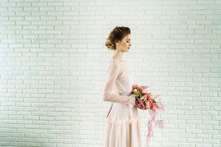 Photo pour Portrait of a beautiful girl in a wedding dress. Photo in profile. - image libre de droit