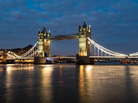 Photo pour Tower Bridge at night illuminated by floodlights. Famous Tower Bridge in the evening with blue sky and reflex on water, London, England. Night cityscape with Tower Bridge, London, UK. - image libre de droit