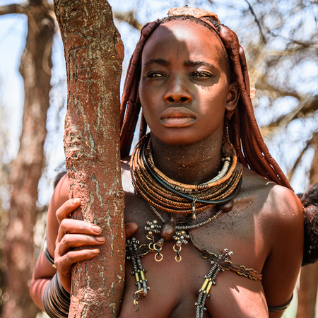 Photo pour KAMANJAB, NAMIBIA - SEPTEMBER 07, 2015: Unidentified woman from Himba tribe. The Himba are indigenous people living in northern Namibia and Angola - image libre de droit