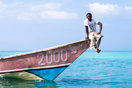 Photo pour SOCOTRA, YEMEN - JAN 12, 2014: Unidentified Yemeni man sits ion a boat on the beach of the Island of Socotra. Socotra Island is a UNESCO World Heritage Site - image libre de droit