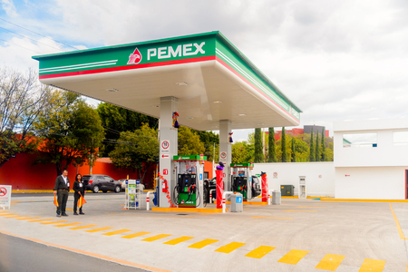 Photo pour PUEBLA, MEXICO - OCT 30, 2016: Pemex gazoline station in Puebla, Mexico. The city was founded in 1531 in an area called Cuetlaxcoapan - image libre de droit