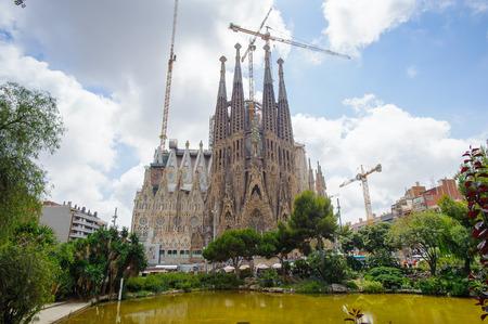 Foto de BARCELONA, SPAIN - JUN 23, 2014: Basilica and Expiatory Church of the Holy Family, is a Roman Catholic church in Barcelona, Spain, designed by Antoni Gaudi. UNESCO World Heritage Site - Imagen libre de derechos