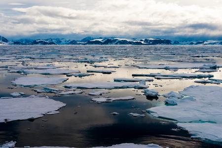Photo pour Ice pieces on the water in Arctic - image libre de droit