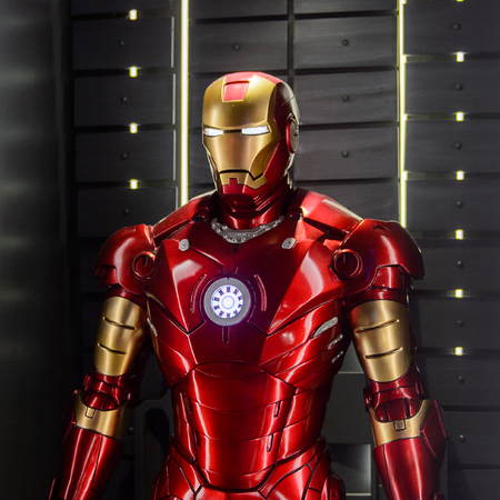 Photo pour LAS VEGAS, NV, USA - SEP 20, 2017: Red and Yellow Iron Man costume at the Tony Stark base at the Avengers experience in Las Vegas. - image libre de droit