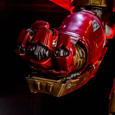 Photo pour LAS VEGAS, NV, USA - SEP 20, 2017: Hulk Buster Iron Man costume at the Tony Stark base at the Avengers experience in Las Vegas. - image libre de droit