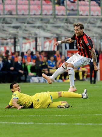 Photo pour MILAN - OCT 7, 2018: Lucas Biglia shoots the ball. AC Milan - Chievo. San Siro stadium. Serie A. - image libre de droit