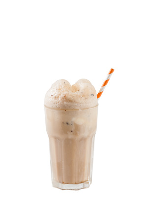Photo pour Root beer with vanilla ice cream isolated on white background with clipping path - image libre de droit