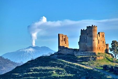Photo pour Picturesque View of Mazzarino Medieval Castle with the Mount Etna in the Background, Caltanissetta, Sicily, Italy, Europe - image libre de droit