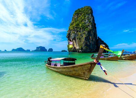 Photo pour Ao Phra Nang Beach - Thai traditional wooden longtail boat on Railay Peninsula in front of Limestone karst rocks, close to Ao Nang, Krabi province, Andaman Sea, Thailand - image libre de droit