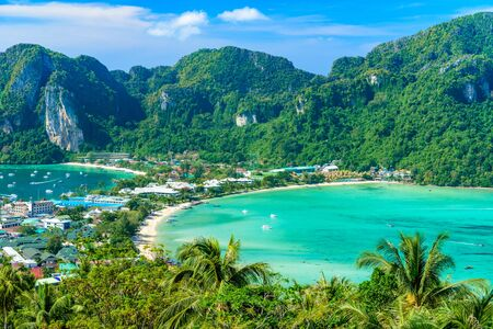 Photo pour Koh Phi Phi Don, Viewpoint - Paradise bay with white beaches. View from the top of the tropical island over Tonsai Village, Ao Tonsai, Ao Dalum. Krabi Province, Thailand. - image libre de droit