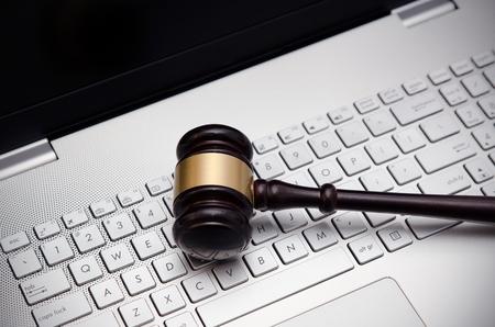 Photo pour Wooden judge hammer on laptop computer white keyboard - image libre de droit