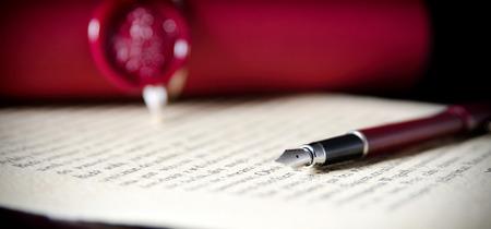 Foto de Law background theme. Fountain pen and handmade paper. law lawyer pen will notary paper legacy background concept - Imagen libre de derechos