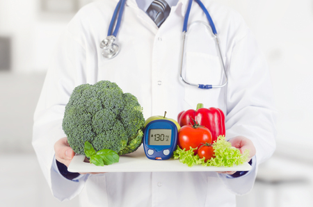 Photo pour Doctor holding vegetables and fruits on a tray. Diet, nutrition, health care for diabetes concept - image libre de droit