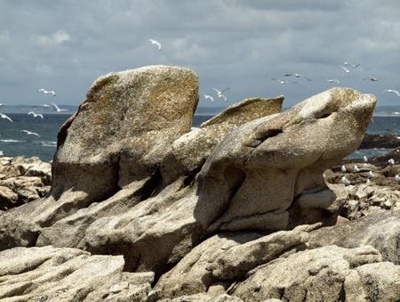 schroffe Felsen in einer Reihe am Meer