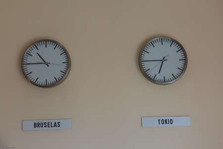 Foto de retro room with clocks decorated on the wall - Imagen libre de derechos