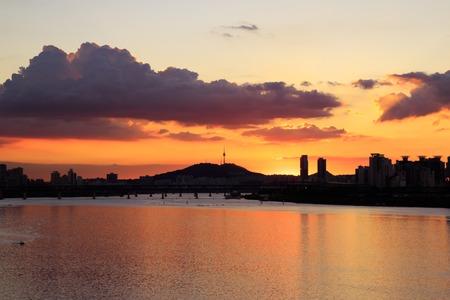 Foto de beautiful sunst with dramatic sky on Han river in Seoul, Korea - Imagen libre de derechos