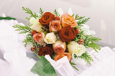 Foto de Bouquet of red roses in female hands. bridal bouquet. close-up. have toning. the horizon is not quite even. - Imagen libre de derechos