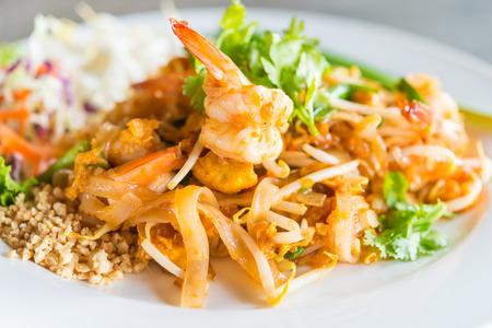 Photo pour Pad thai noodles in white plate - thai food - image libre de droit