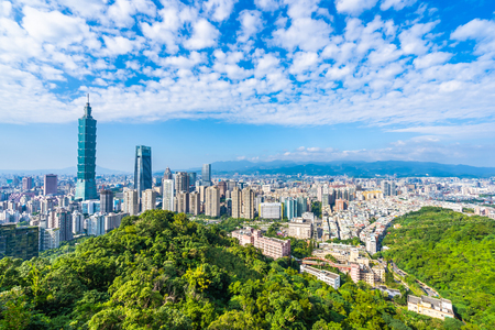 Photo pour Beautiful landscape and cityscape of taipei 101 building and architecture in the city skyline with bluesky and white cloud at Taiwan - image libre de droit